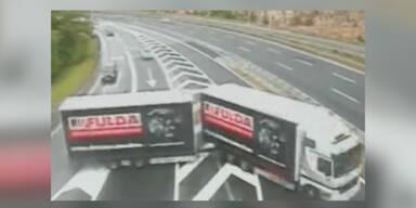 Vollkommen verrückte Fahrer auf Autobahn gefilmt
