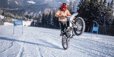 Marcel Hirscher mit seinem Motocross-Bike auf der Piste