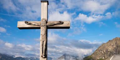 Christusfigur von 2,5-Meter-Kreuz gerissen