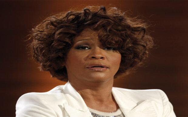 Whitney Houston platzt aus ihrem Kleid