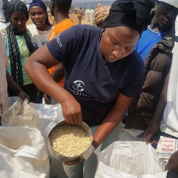 Eine Frau aus Uganda bei der Verteilung von Nahrungsmitteln.