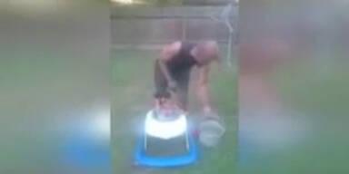 Baby mit Eis übergossen