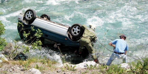 Urlauber zog Opa aus Auto in Fluss