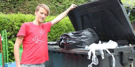 Salzburger durchstöbern Mülltonnen