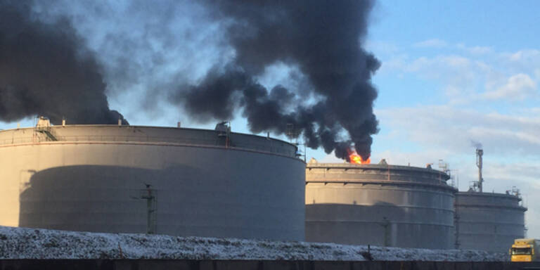 Dunkle Rauchwolken über OMV-Raffinerie
