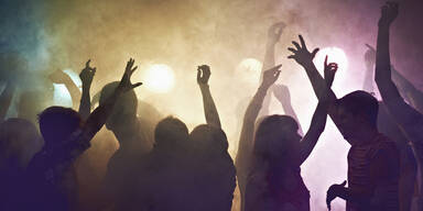 Tanzende Menschen im Disconebel