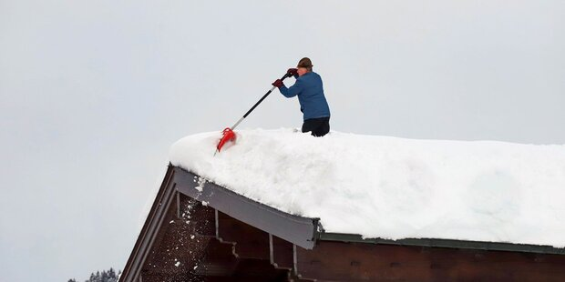 Tonnenschwerer Schnee auf Dächern