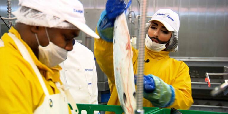 Chonchita Wurst schlägt sich mit Fischen herum