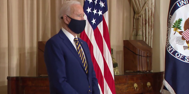 Joe Biden vor US-Flagge