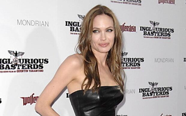 Angelina Jolie schlägt in