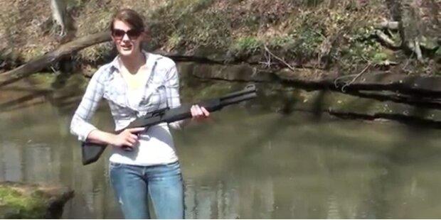 Frau schießt sich Regenbogen mit Flinte