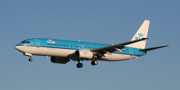 Flugzeug verlor Teil der Verkleidung: Auto getroffen
