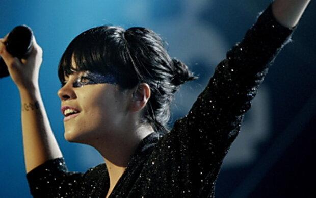 Lily Allen humpelt über die Bühne