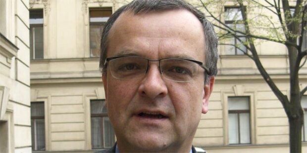 Minister ohrfeigt kritischen Passanten