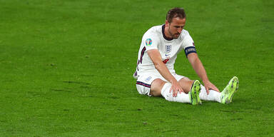 England-Stürmer Harry Kane sitzt am Rasen des Wembley Stadiums