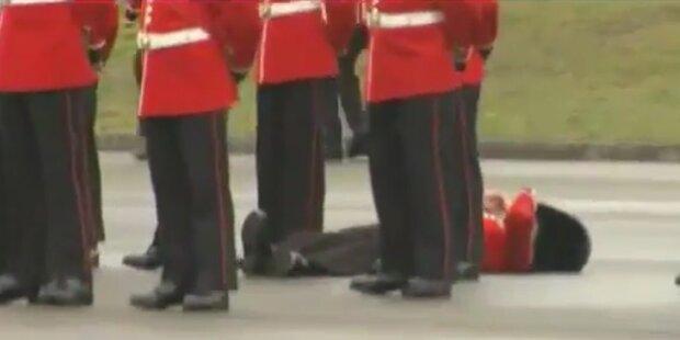 Herzogin Kate haut Soldaten um