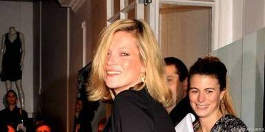 Kate Moss übt schon beim Karaoke