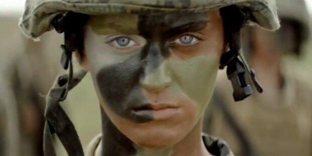 Katy Perry singt im Soldaten-Look