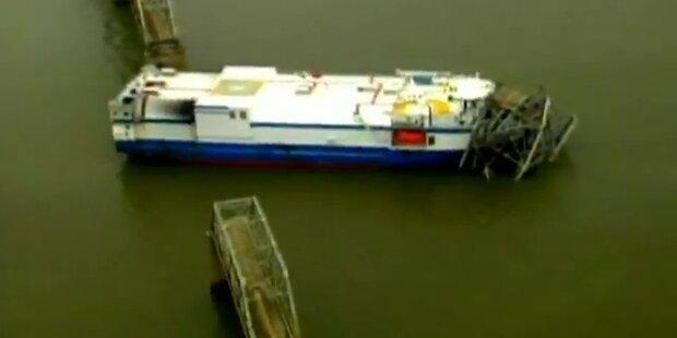Frachtschiff reißt Brücke 90 m Lücke