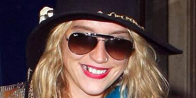 Kesha mit Goldzahn