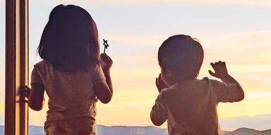 Kinder aus Angst aus dem Fenster gesprungen
