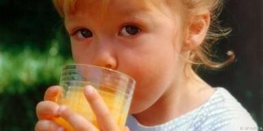 Kindern nicht zu viel Obstsaft geben