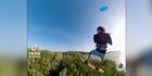 Hier fliegt ein Kitesurfer über einen Wald!