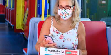 Klimafreundliche Pakete: Julia Komarek in den Wiener Linien mit Paket