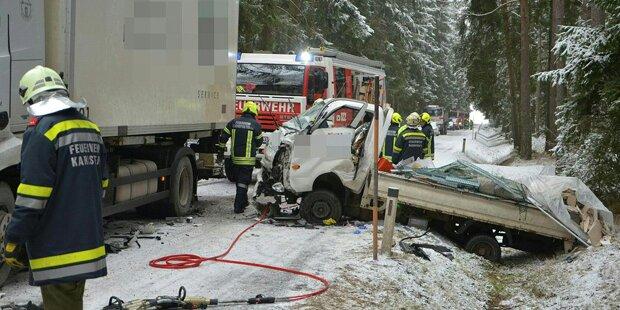 Klein-Lkw-Lenker bei Kollision verletzt