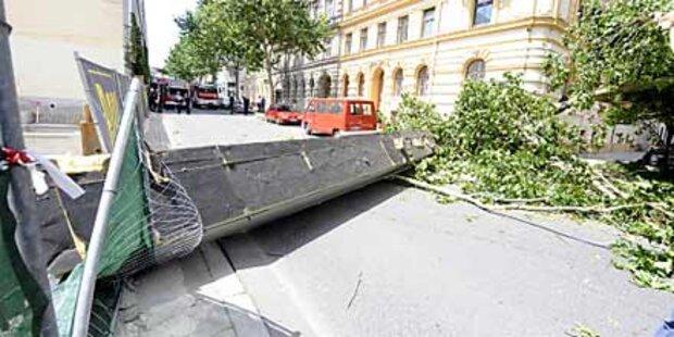 35 Tonnen-Kran stürzt auf  Wiener Straße