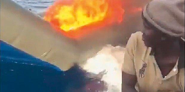 Küstenwache verbrennt Boote von Migranten