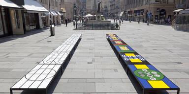 Kunst zum Sitzen: Matt Mullican installierte zwölf Bänke am Graben
