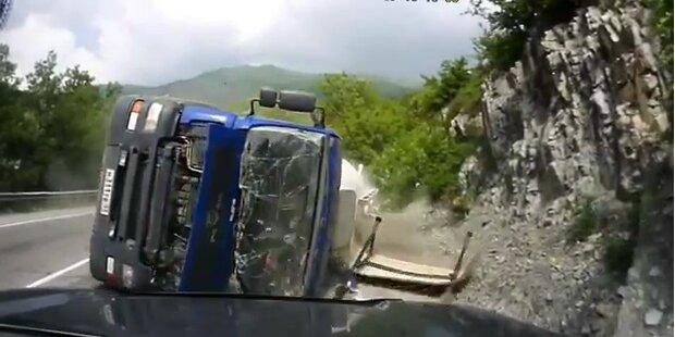 LKW kippt aus Kurve in den Gegenverkehr