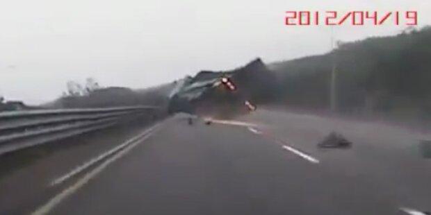 LKW platzt Reifen auf der Autobahn