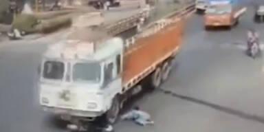 Überlebt: Frau von Lastwagen überfahren