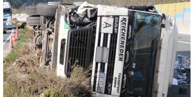 LKW stürzt auf die Gegenfahrbahn