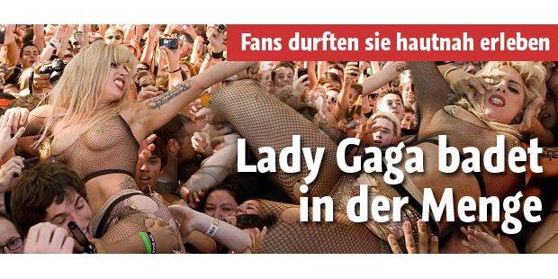 Lady Gaga badet halbnackt in Menge