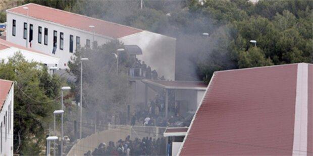 Migranten setzen Lager Lampedusa in Brand
