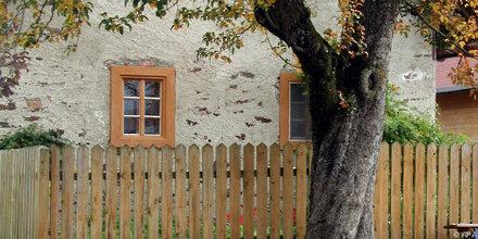 Im Herbst Leitungen leeren und Laub vom Hausdach