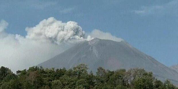 Popocatepetl in Mexiko spuckt Asche und Gas