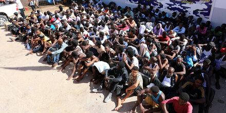 100.000 Migranten warten auf Abfahrt nach Italien