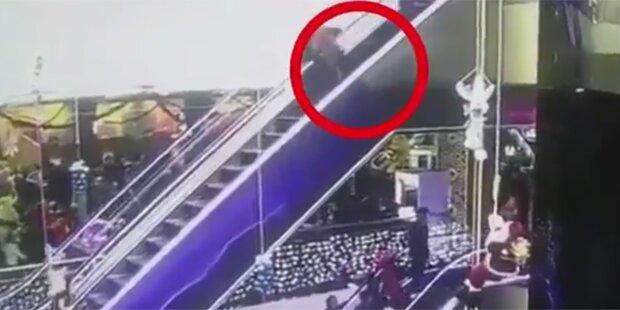 Mutter stolpert auf Rolltreppe & lässt Baby fallen: tot