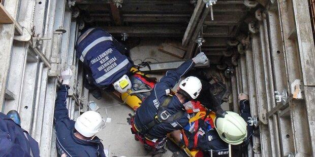 Wien: Bauarbeiter stürzt in Liftschacht