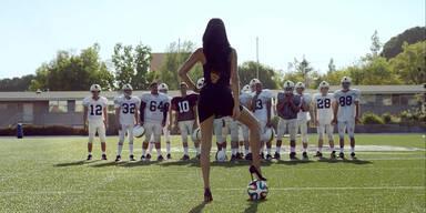 Adriana Lima verführt Football Team