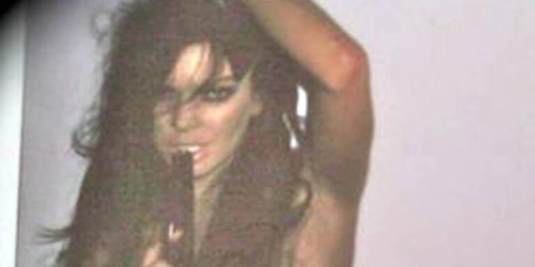 Lindsay Lohan posiert mit Waffe