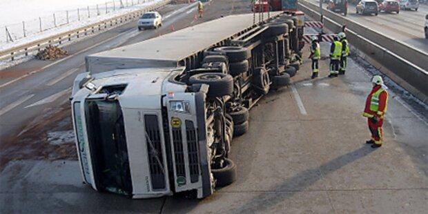 Serienunfall und Lkw-Crash auf der A2