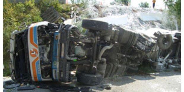 Kroatischer Brummifahrer stirbt bei Unfall in Ö