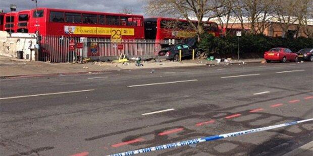 Alko-Lenker rast in London in Menschengruppe