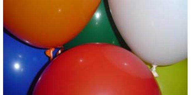 213 Ballons mit der Nase aufgeblasen