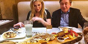 Lugner: Gold-Steak mit seiner Moni
